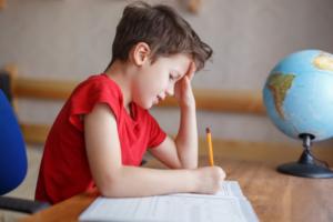 enfant qui a des difficultés d'apprentissage